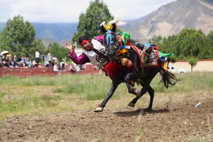 Tibet celebrates Wangguo Festival with horse race