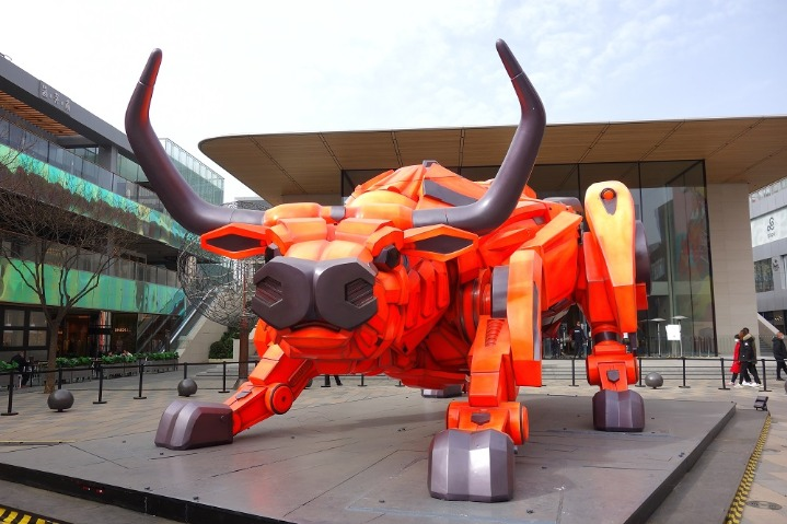 Mechanical sculpture increases festive mood in Sanlitun